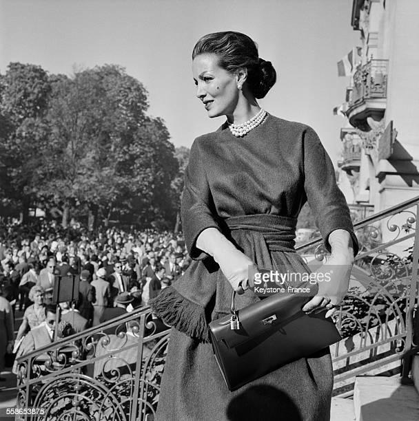 La course hippique de Longchamp est l'occasion de montrer les nouvelles collections de couturiers à Paris France le 4 octobre 1959