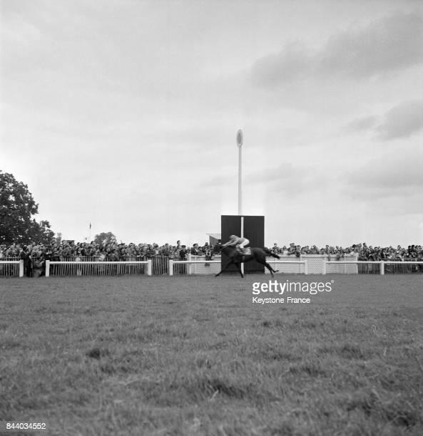La course hippique le prix de Diane à l'hippodrome de Chantilly France le 3 juin 1955