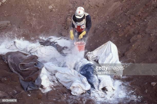 La Croix Rouge ramasse les cadavres après le massacre de Sabra et Chatila Beyrouth Liban le 27 septembre 1982