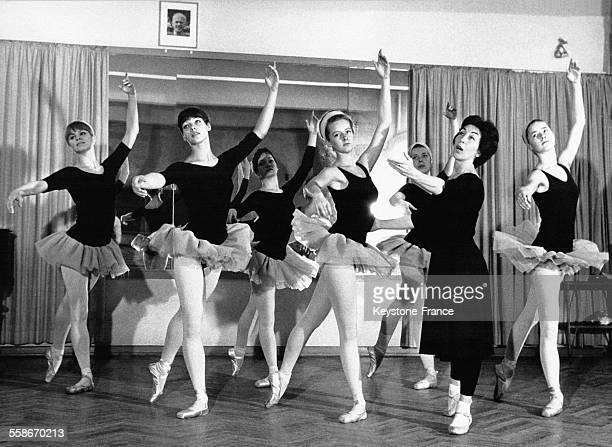 La danseuse Ossy Felken directrice de l'école de danse du même nom donne un de ses derniers cours à ses élèves avant la fermeture de son...