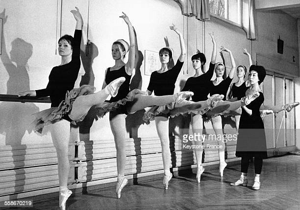 Barre de danse stock photos and pictures getty images for Barre danse