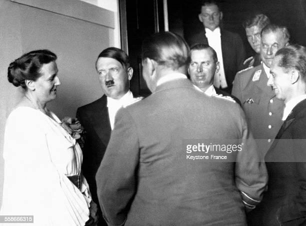 La directrice du Festival de Bayreuth entourée des dignitaires nazis lors de l'ouverture du festival Adolf Hitler Julius Schaub Berndt Wilhelm...