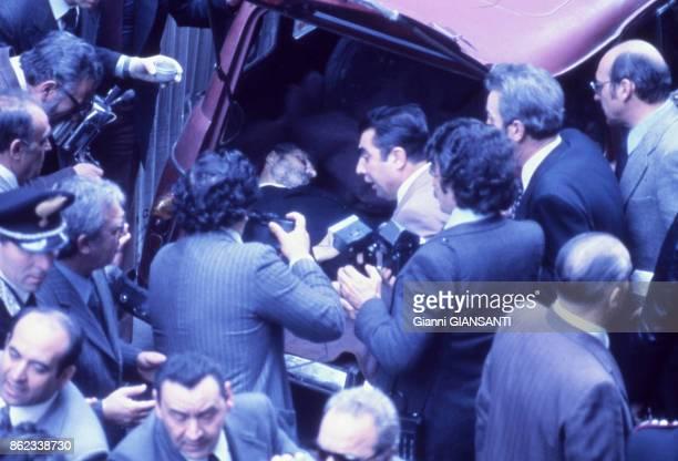 La dépouille mortelle de l'homme politique Aldo Moro assassiné par les Brigades rouges découvert dans le coffre arrière d'une voiture dans le centre...