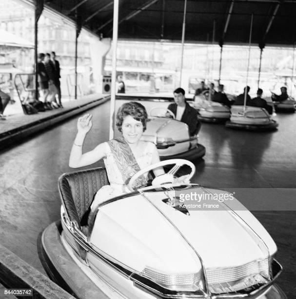 La 'Esmeralda 1961' assise dans une voiture autotamponneuse à la Foire du Trône à Paris France le 7 avril 1961