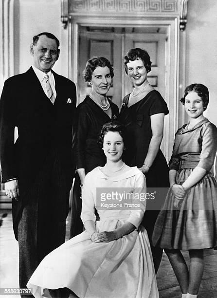 La famille royale reunie au Palais de Fredensborg avec de gauche a droite le Roi Frederik la Reine Ingrid la Princesse Margrethe et la Princesse...