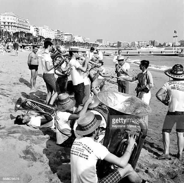 La fanfare des Beaux Arts de Paris donne un concert inattendu sur la plage en marge du festival le 22 mai 1965 à Cannes France