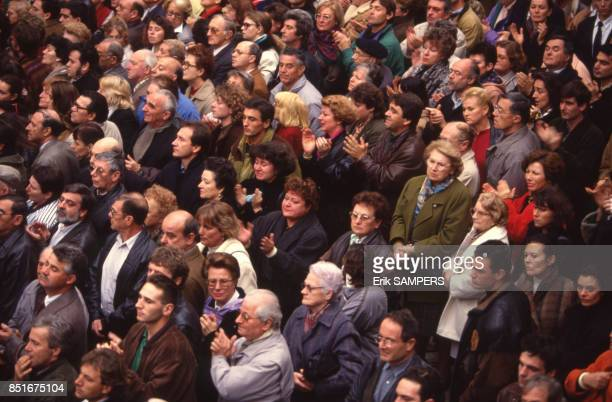 La foule présente à la cérémonie de funérailles à Nîmes France le 28 novembre 1992