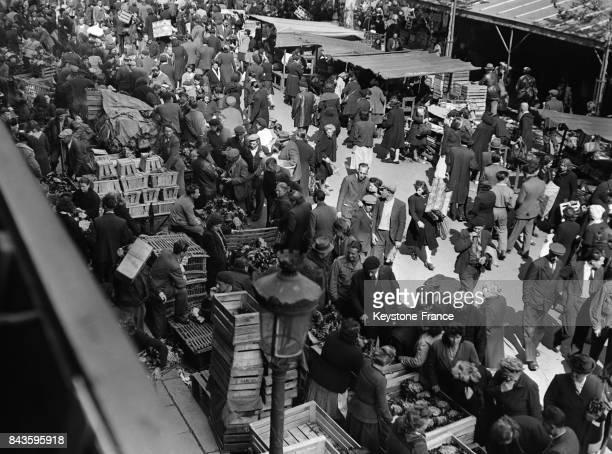 La foule se bouscule au marché aux fleurs des Halles où se vend le muguet à Paris France le 1 mai 1946