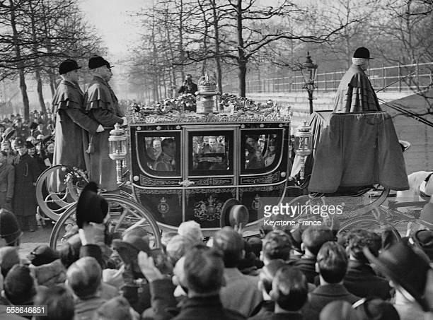 UNI La foule sur le mall regarde passer le Roi George VI dans le carrosse royal partant du Palais de Buckingham pour se rendre au Palais St James le...