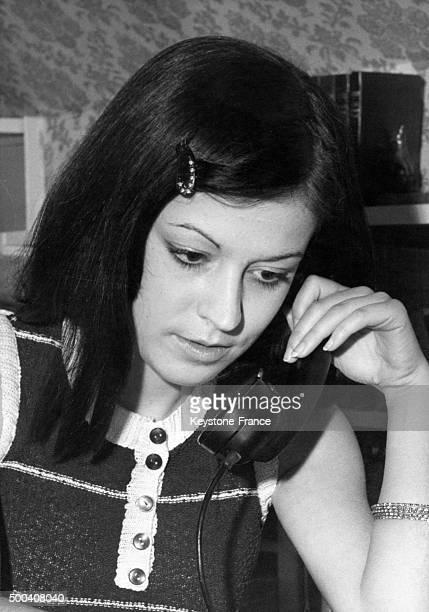 La future ecrivain telephone a son pere Andre Chandernagor depute socialiste de la Creuse pour lui apprendre la nouvelle de son succes aux examens de...