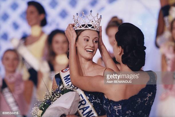 La gagnante Sophie Thalmann reçoit la couronne lors de l'élection de Miss France 1998 le 13 décembre 1997 à Deauville France