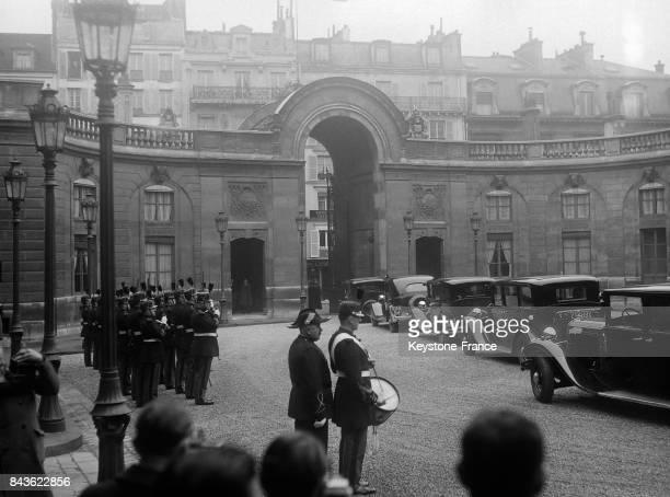 La garde républicaine rend les honneurs au Président de la République et à Monsieur Flandin qui quittent le Palais de l'Elysée en voiture pour se...
