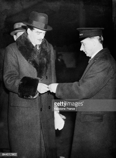 A la gare de Paddington Monsieur Eden fait perforer son billet à l'entrée du quai à Londres RoyaumeUni le 18 janvier 1936
