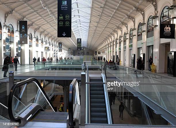 IOVENE 'La gare SaintLazare rénovée retrouve son lustre et se met au goût du jour' People walks in the hall of the Gare Saint Lazare railways station...