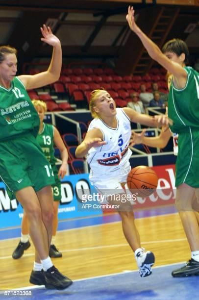 La Grec Kostaki tente de déborder les Lituaniennes Aleliunaite et Vilutyte le14 septembre 2001 dans la salle du 'Sportica' de Gravelines lors de la...