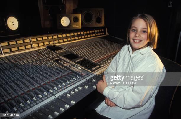 La jeune chanteuse Nadege Trapon s'apprete a chanter avec David Hasselhoff en fevrier 1994 a Paris France