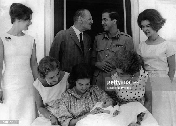 La jeune Reine AnneMarie de Danemark tient dans ses bras sa fille de quelques semaines la Princesse Alexia de Grèce entourée de la Reine Ingrid de...