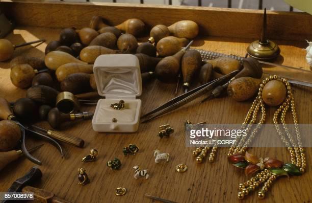 La joaillerie Boucheron lance une collection de pin's en or le 2 aout 1991 a Paris France