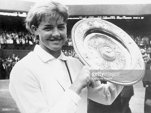 La joueuse de tennis australienne Margaret Smith triomphe au tournoi de Wimbledon le 4 août 1965 à Wimbledon RoyaumeUni