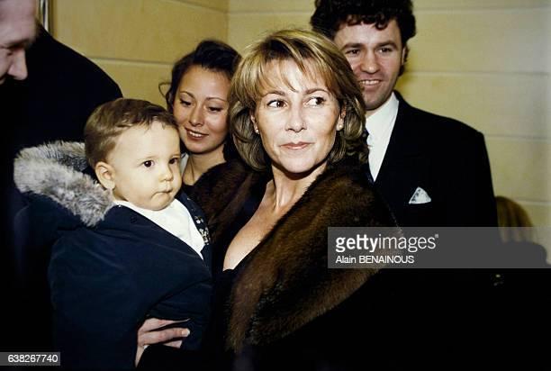 La journaliste Claire Chazal et son fils François âgé de 10 mois à une inauguration le 5 février 1996 à Paris France
