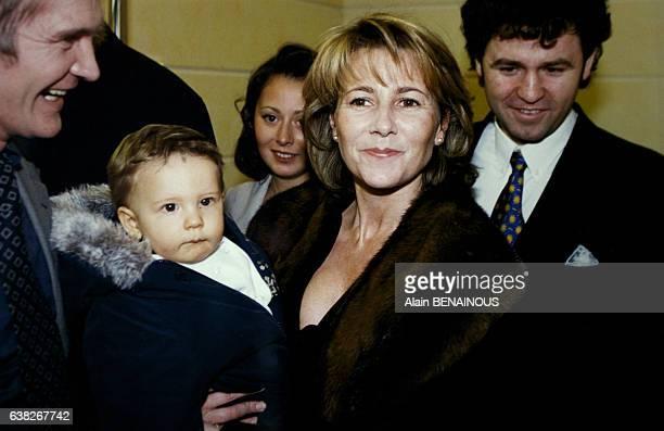 La journaliste Claire Chazal porte son fils François âgé de 10 mois à une inauguration le 5 février 1996 à Paris France