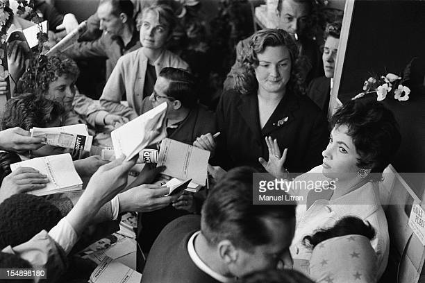 La Kermesse aux Etoiles organized in the Tuileries gardens in favor of works of Leclerc's division Gina LOLLOBRIGIDA mobbed by his admirers