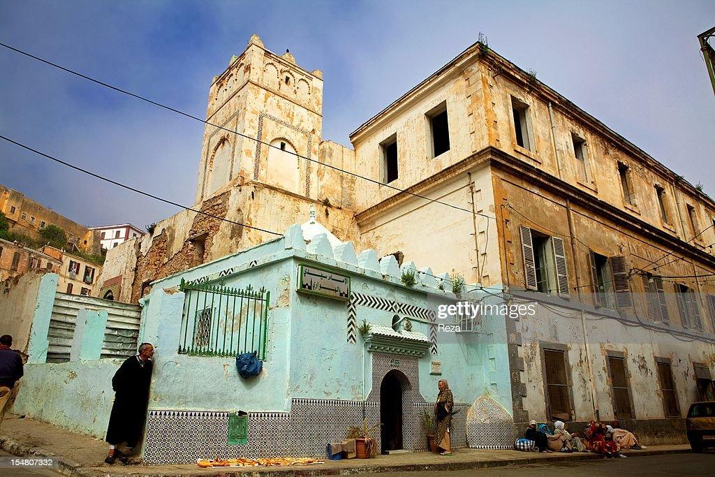 La koubba dediee au saint Sidi Houari creent une agitation au cour de la ville d'Oran 'la radieuse'. Les pelerins s'y pressent et partagent en offrande, argent et nourriture.