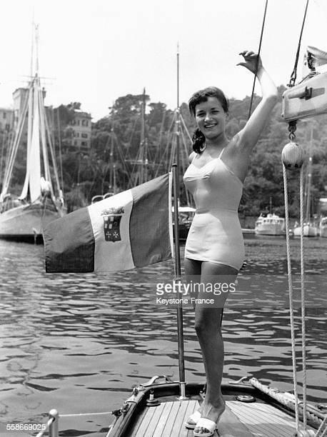 La mannequin suisse Giovanna Poggi en maillot de bain sur un bateau sur la Riviera à Portofino Italie