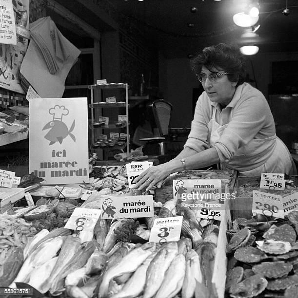 La marée du mardi à l'étalage d'un poissonnier le 5 octobre 1965 à Paris France