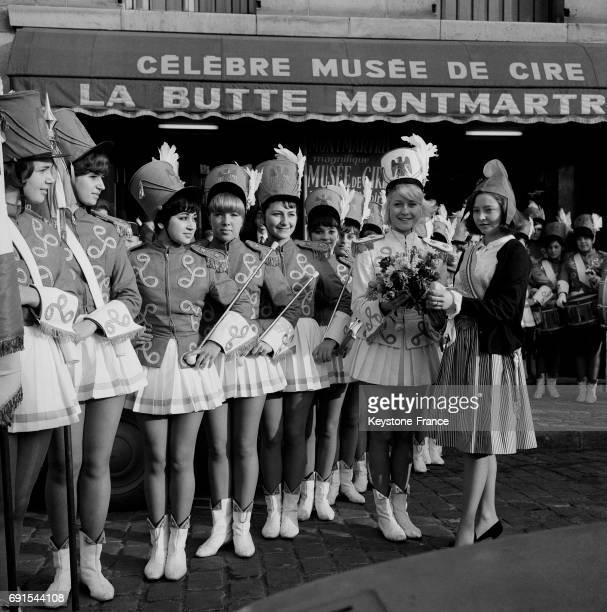 La Marianne remettant un bouquet de fleurs à la capitaine des majorettes de Nice sur la place du Tertre à Montmartre à Paris France le 20 décembre...