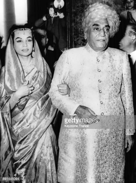 La mariée arrive à la cérémonie au bras de son père le Maharajah de Palitana Inde le 3 octobre 1957
