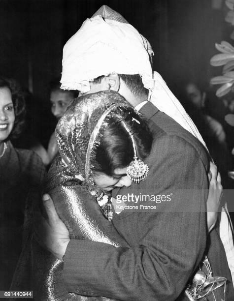 La mariée en pleurs après la cérémonie est consolée par son père à Londres RoyaumeUni le 6 octobre 1956