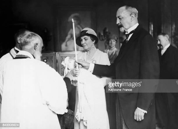 La marraine et grandmère la princesse d'OrléansBragance Elisabeth Dobrzensky de Dobrzenicz tenant dans ses bras Isabelle d'Orléans et le parrain et...