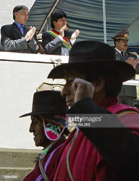 El presidente de Bolivia Evo Morales y el vicepresidente Alvaro Garcia Linera aplauden el 23 de marzo de 2007 en La Paz durante el desfile civico...