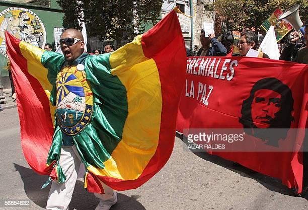 Un comerciante minorista integrante de la Organizacion de Gremiales de La Paz participa vestido con los colores de la bandera boliviana de una marcha...