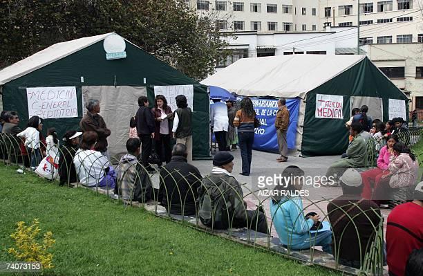 Un grupo de gente aguarda ser atendido el 04 de mayo de 2007 junto a carpas medicas ubicadas en una plaza centrica de La Paz durante el paro...
