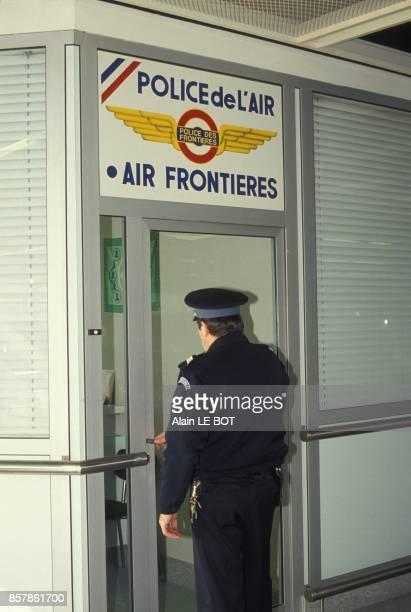 La police de l'air et des frontieres a l'aeroport de Nantes en mars 1994 Nantes France