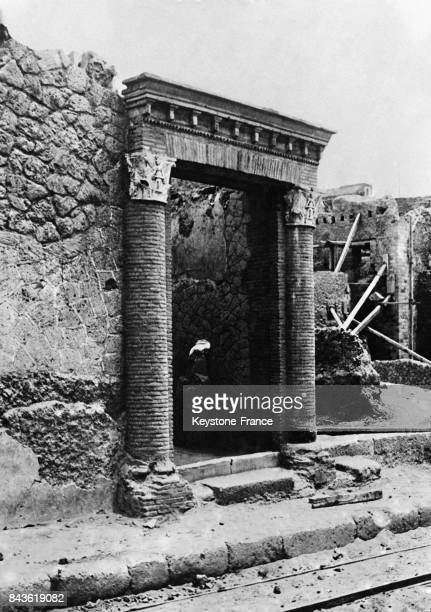 La porte d'entrée d'une riche demeure romaine vient d'être mise à jour lors de nouvelles fouilles archéologiques le 14 janvier 1933 à Herculanum...