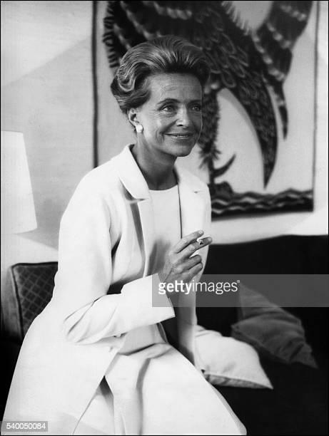 La première femme pilote d'essai Jacqueline Auriol pose dans son appartement à Paris le 18 avril 1965 Elle a établi plusieurs records aériens dans...