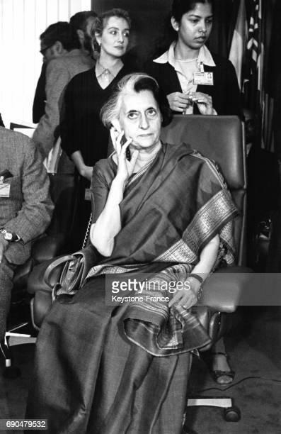 La Première ministre de l'Inde Indira Gandhi écoutant la traduction d'une allocution au siège de l'Organisation des Nations Unies pour l'alimentation...