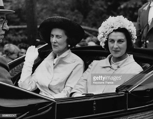 La Princesse Alexandra de Kent et sa mere la Duchesse de Kent arrivent en caleche au champ de course hippique le 21 juin 1962 a Ascot RoyaumeUni