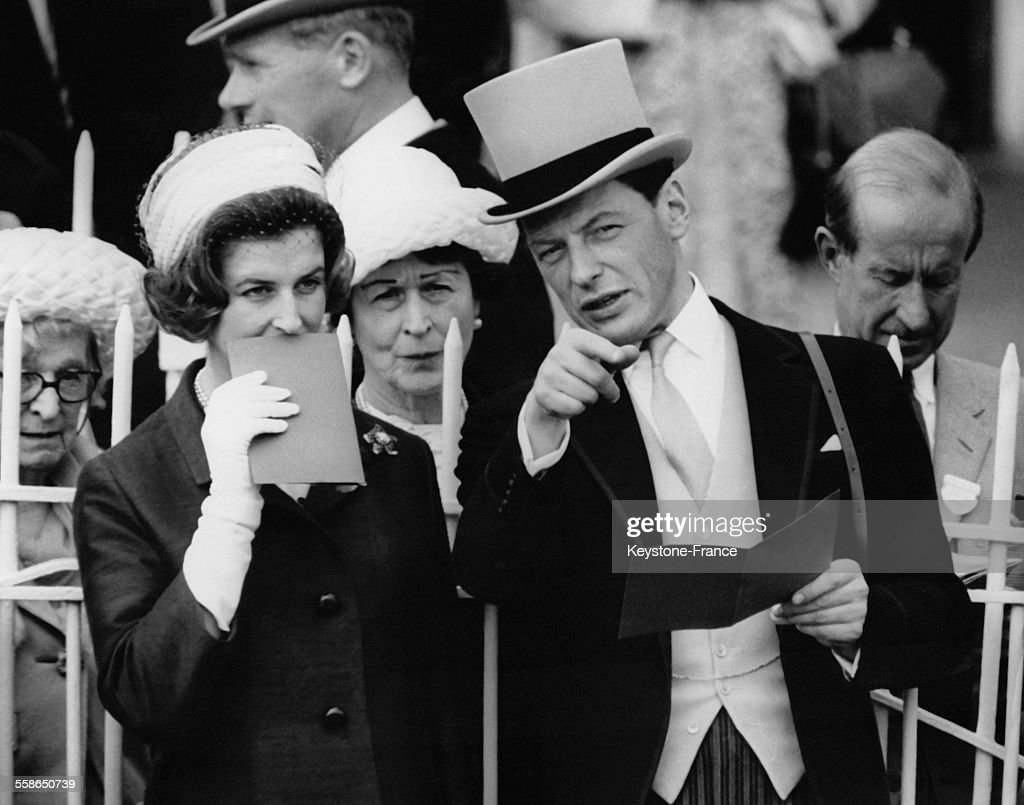 La Princesse Alexandra et son mari <a gi-track='captionPersonalityLinkClicked' href=/galleries/search?phrase=Angus+Ogilvy&family=editorial&specificpeople=160704 ng-click='$event.stopPropagation()'>Angus Ogilvy</a> assistent a la parade des chevaux avant les courses au Derby d'Epsom, circa 1960 a Epsom, Royaume-Uni.