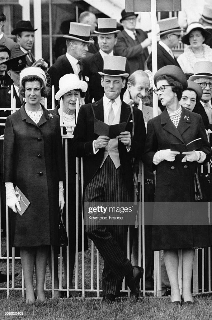 La Princesse Alexandra, son epoux <a gi-track='captionPersonalityLinkClicked' href=/galleries/search?phrase=Angus+Ogilvy&family=editorial&specificpeople=160704 ng-click='$event.stopPropagation()'>Angus Ogilvy</a> et sa mere la Duchesse Marina de Kent assistent a la parade avant les courses hippiques du Derby le 2 juin 1965 a Epsom, Royaume-Uni.