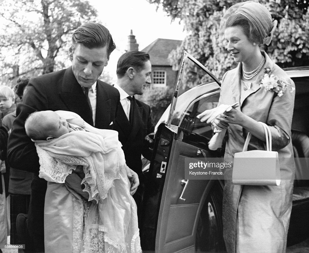 La Princesse Alexandra, son epoux <a gi-track='captionPersonalityLinkClicked' href=/galleries/search?phrase=Angus+Ogilvy&family=editorial&specificpeople=160704 ng-click='$event.stopPropagation()'>Angus Ogilvy</a> portant leur fils James dans les bras s'appretent a monter en voiture pour se rendre de leur residence Thatched House Lodge a Buckingham Palace pour le bapteme de James le 11 mai 1964 a Richmond, Royaume-Uni.