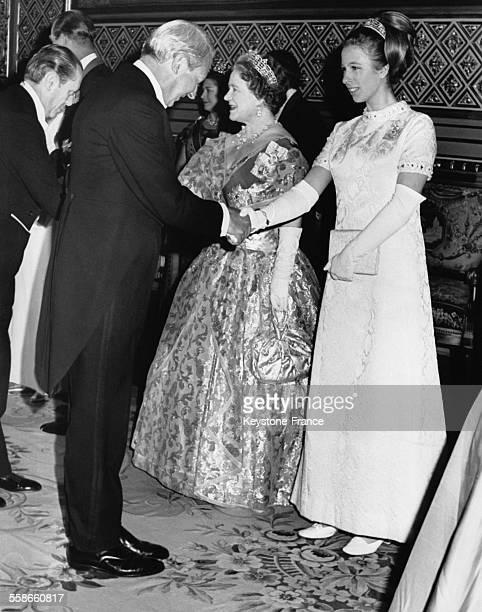 La Princesse Anne à côté de sa grandmère la Reine Mère Elizabeth reçoivent les hommages d'Edward Heath chef du parti conservateur lors d'un gala au...