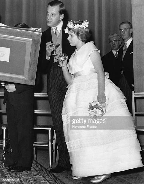La Princesse Anne demoiselle d'honneur au mariage de Lady Pamela Mountbatten et David Hicks jette un oeil aux cadeaux de mariage en compagnie de Lord...