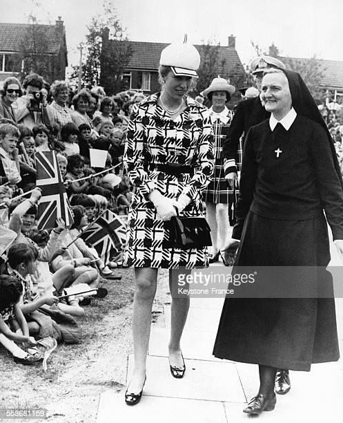La Princesse Anne en compagnie de la Révérente Mère lors de l'inauguration du Mary Ward College le 24 juin 1970 à Keyworth RoyaumeUni