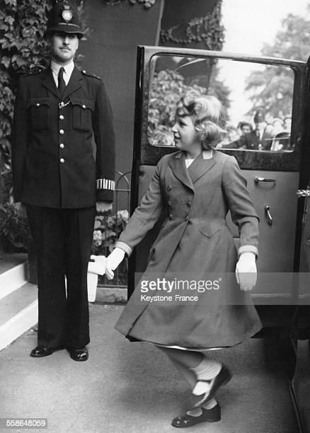 La Princesse Anne enfant arrive au tournoi de tennis le 1er juillet 1960 a Wimbledon RoyaumeUni