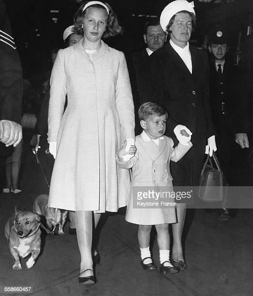 La Princesse Anne et la nourrice tiennent la main du petit Prince Andrew à leur arrivée à la gare de Euston avant leur départ en Ecosse le 8 août...