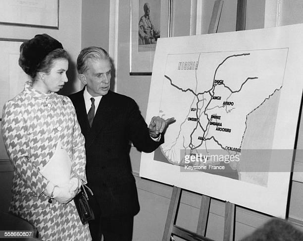 La Princesse Anne et le Major Général Street secrétaire de l'association 'Save the Children' dont elle est devenue marraine devant une carte...